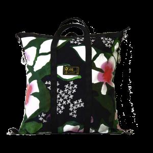 borsa in canvas floreale e cinture di sicurezza vista frontalmente