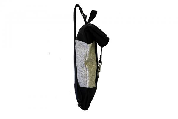 Zaino in Canvas beige e cinture di sicurezza nere con pannello solare visto di lato