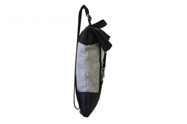 Zaino in canvas grigio e cinture di sicurezza nere con pannello solare visto di lato