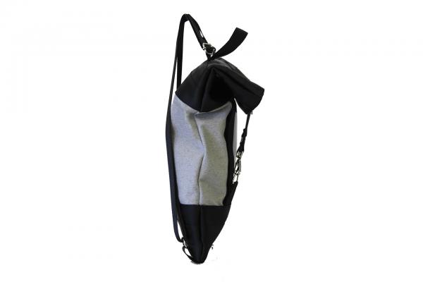 Zaino in canvas grigio chiaro e cinture di sicurezza nere con pannello solare visto di lato
