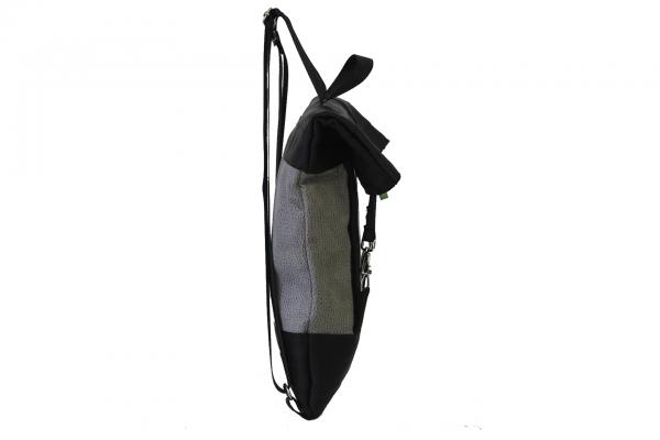 Zaino in similpelle tortora e cinture di sicurezza nere con pannello solare cisto di lato