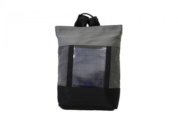 Zaino in tessuto grigio e cinture di sicurezza con pannello solare visto frontalmente