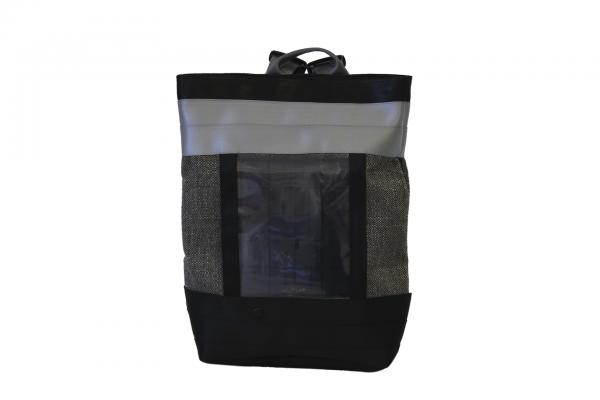 zaino in canvas marrone e cinture di sicurezza con pannello solare