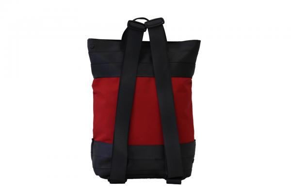 Zaino in tessuto rosso e cinture di sicurezza con pannello solare visto di dietro