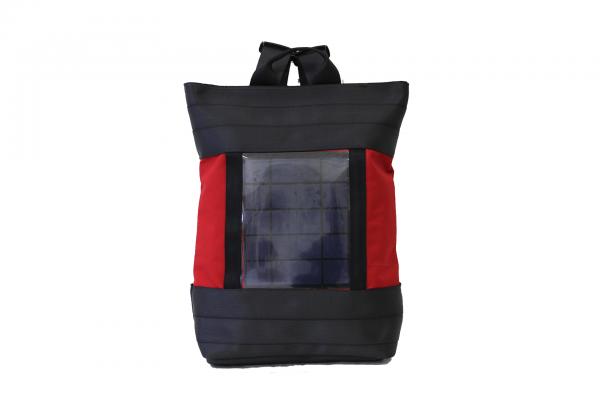 Zaino in tessuto rosso e cinture di sicurezza con pannello solare visto frontalmente