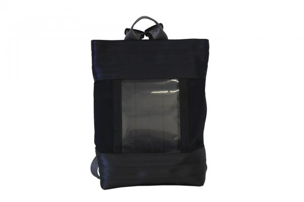 Zaino in tessuto blu e cinture grige e nere con pannello solare visto frontalmente